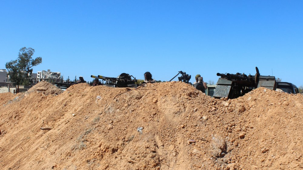 Les forces progouvernementales tentent de résister à Tripoli.