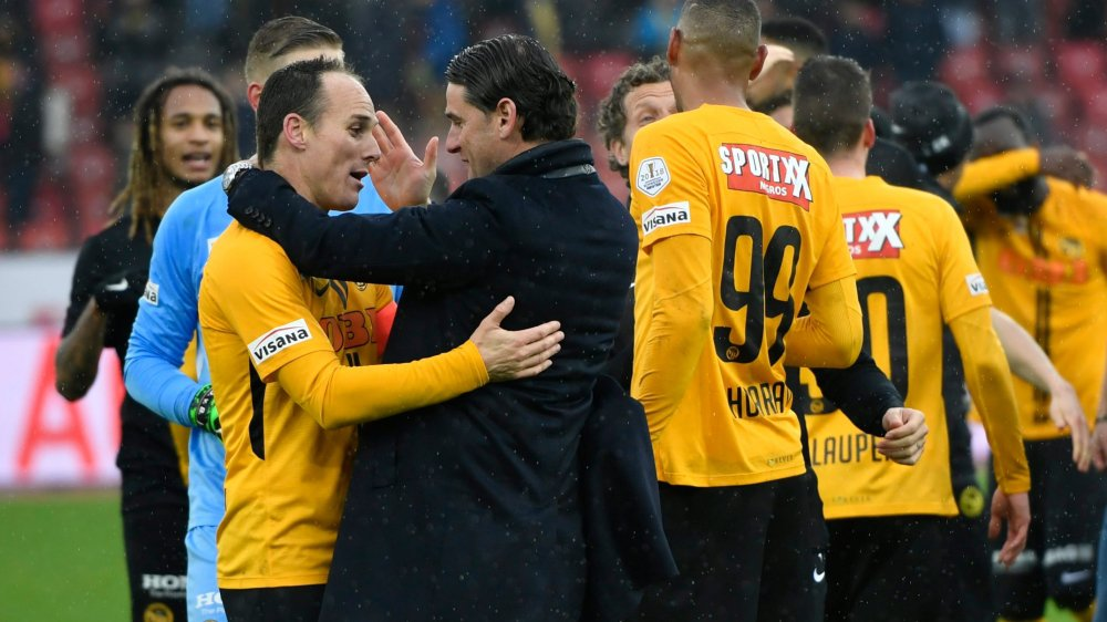 Steve von Bergen (à gauche) et son entraîneur Gerardo Seoane  se congratulent après le titre conquis ce week-end.