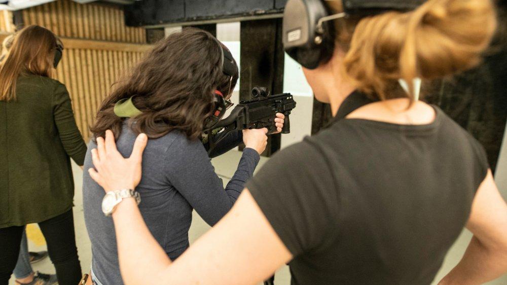 Les stands de tir s'ouvrent petit à petit aux cours réservés aux femmes. Qui, comme les hommes qui fréquentent les lieux, s'opposent à la directive européenne sur les armes.
