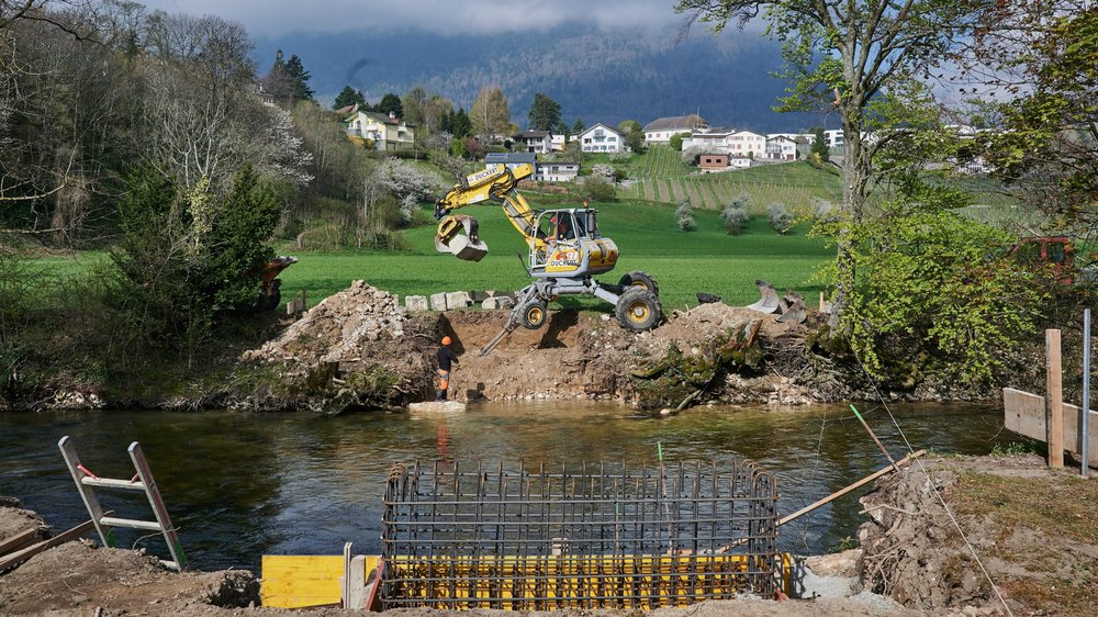 Les ouvriers en train de préparer les fondations de la nouvelle passerelle sur l'Areuse, à Boudry.