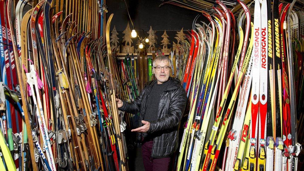 Laurent Donzé, entouré de ses quelque 3000 paires de ski.