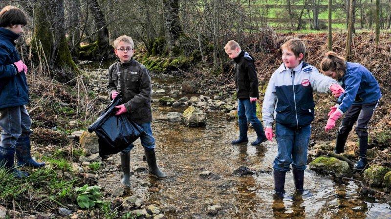 Il ne faut pas oublier ses bottes et ses gants de vaisselle en caoutchouc pour poutzer les berges de la rivière. Les sacs poubelle seront fournis.