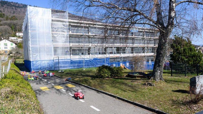 Des barrières de sécurité ont été installées pour éviter qu'une des plaques de granit qui habillent l'immeuble ne s'écrase sur la tête d'un enfant.