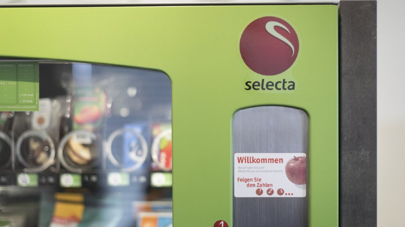 Environnement: des pommes dans des emballages en plastique vendues dans les distributeurs Selecta