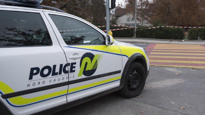 Lorsque l'un des agents allait sortir de la voiture, un choc s'est produit entre le cycliste et la portière. (illustration)