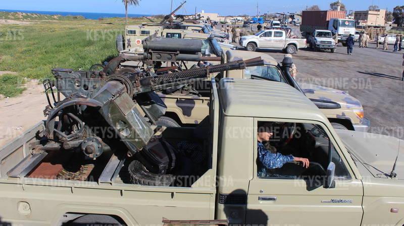 Des véhicules et des militants, qui appartiendraient à la milice de Misrata, se sont rassemblés pour rejoindre les forces de Tripoli.