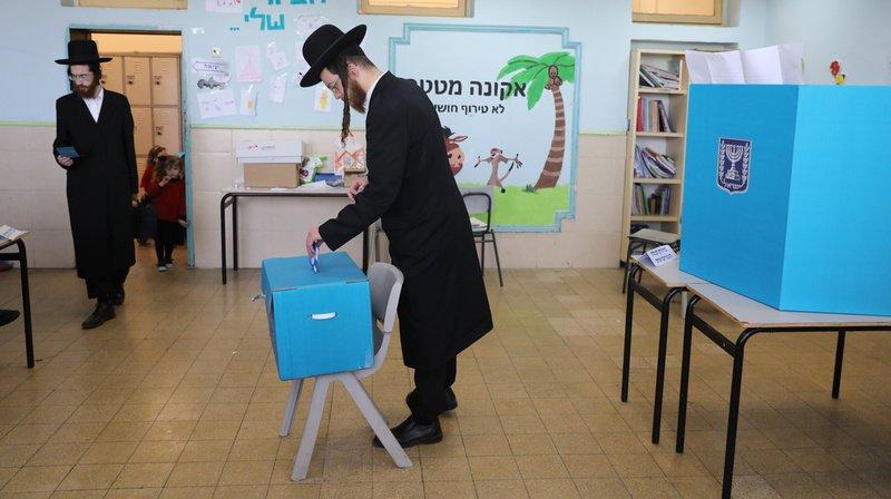 Législatives israéliennes: Netanyahu et Gantz revendiquent tous deux la victoire