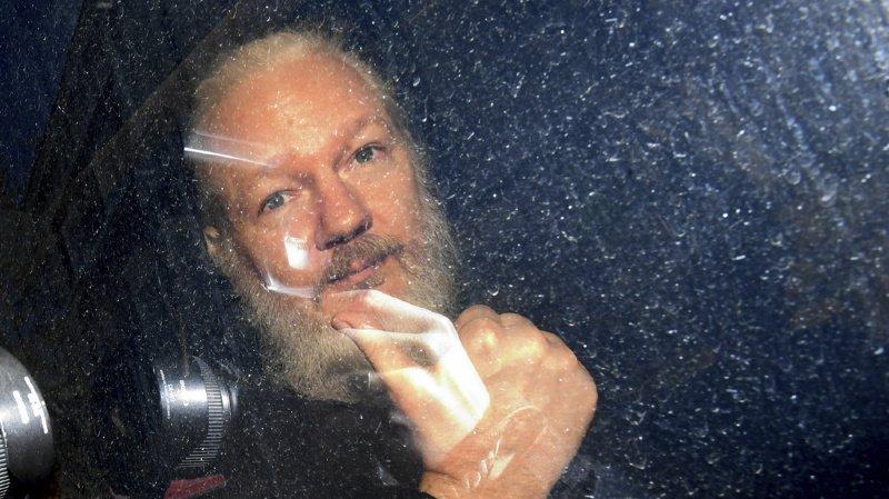Le père de Julian Assange a été choqué par les images de l'arrestation de son fils et son état de santé.