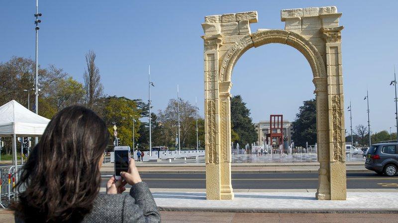 Une réplique de l'arc de Palmyre se dresse sur la place des Nations, à Genève