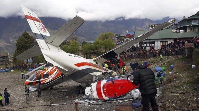 Le petit avion s'est écrasé sur deux hélicoptères stationnés sur l'aéroport.