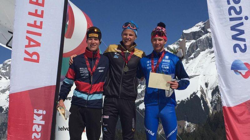 Ilan Pittier (au centre) arbore sa médaille d'or à Engelberg.