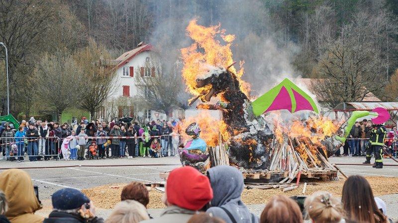 A l'effigie d'un dragon cracheur de feu, le bonhomme hiver du Carnavallon a été brûlé, dimanche à Fleurier.