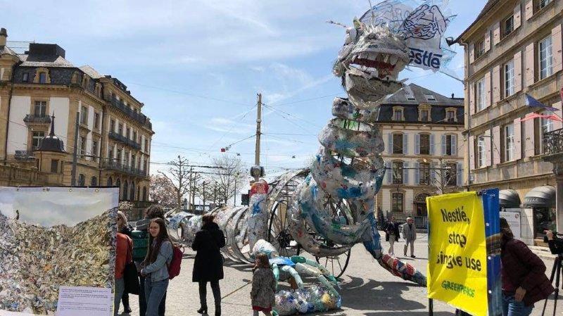 Un monstre de plastique a envahi Neuchâtel