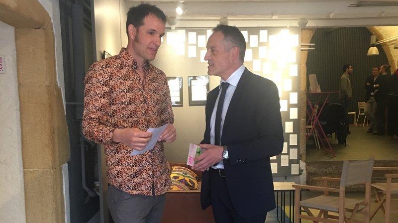 """Pedro Palomo, directeur de la BCN (à droite) en conversation avec Guillaume Perret, primé pour la publication du livre de photographies """"Amour""""."""