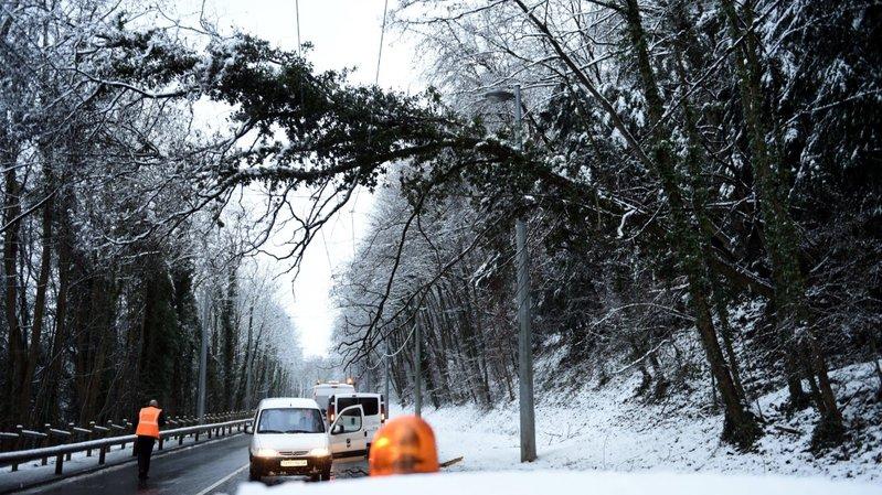 Chutes de neige: 50'000 foyers privés d'électricité dans les Alpes