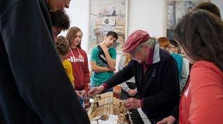 La Chaux-de-Fonds: des collégiens à la découverte du métier de facteur de piano