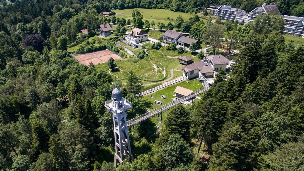 L'actuel feu orange de la tour de Chaumont a été installé en 2002, à l'occasion de l'Expo 02.