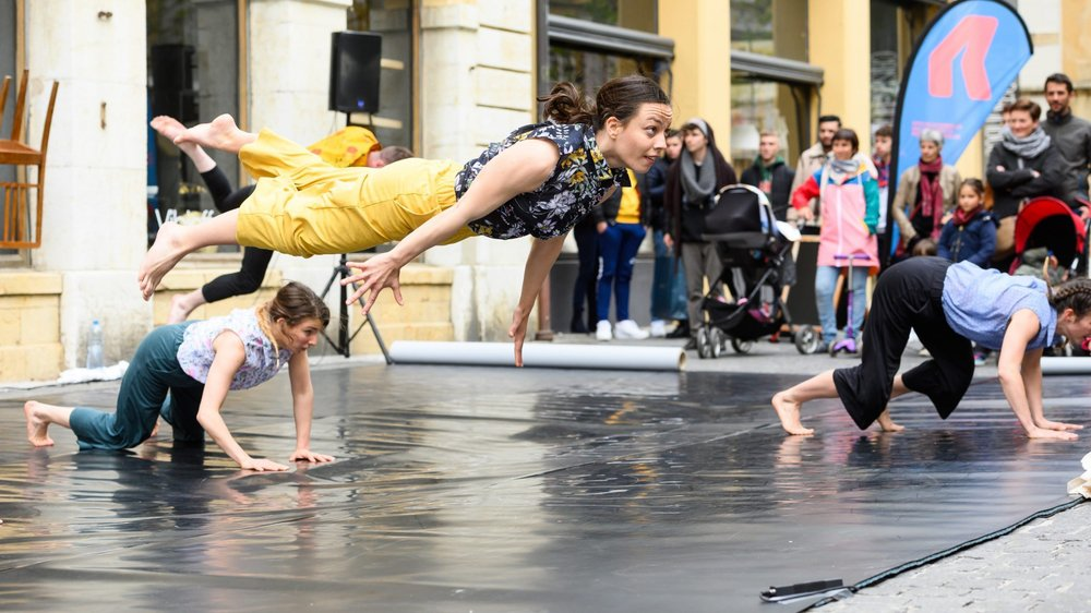 """La compagnie Marbelle a fait rire son monde avec son spectacle """"La liberté aime-t-elle la poule?"""", une performance cocasse donnée à la rue du Coq-d'Inde, à Neuchâtel."""