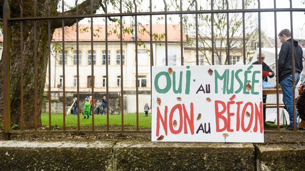 Plusieurs slogans contre le parking à la place du terrain de jeux ont été créés par les jeunes utilisateurs du parc en dessous du Bois du Petit-Château.