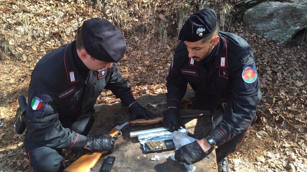 Dans les bois, les policiers ont saisi de la drogue, de l'argent et des téléphones