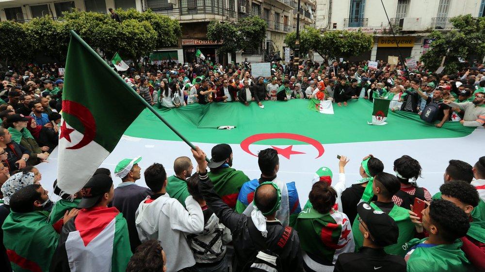 Les Algériens continuent de manifester.