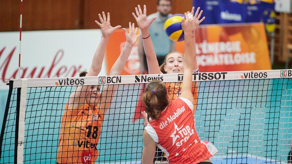 Martina Halter (à droite, de face, à côté de Martenne Bettendorf) au bloc face à la top-scorer d'Aesch Pfeffingen Dora Grozer.