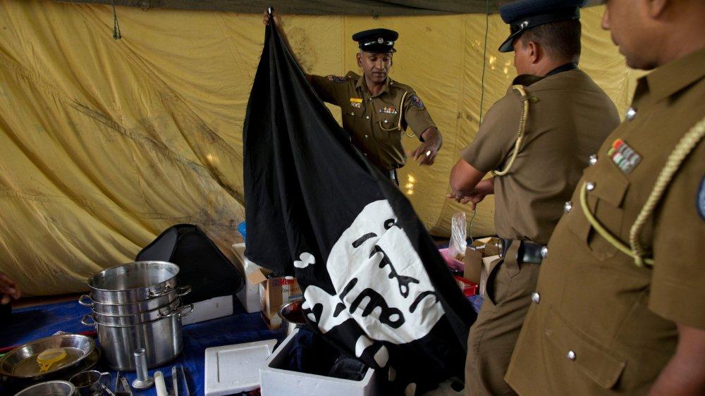Au Sri Lanka, l'enquête sur les attentats se poursuit. Ces agents ont retrouvé un drapeau de l'Etat islamique dans une planque.