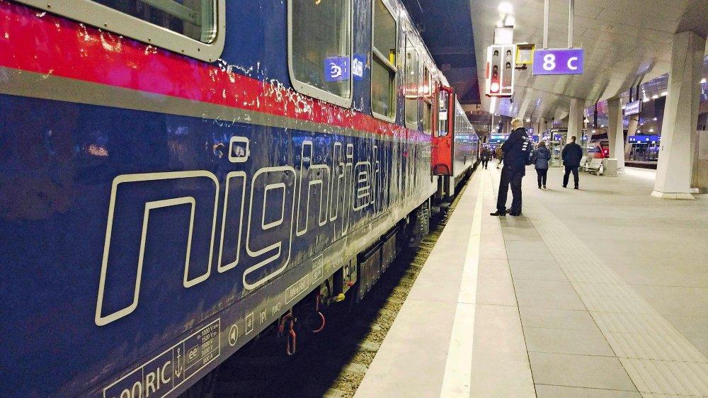Les Chemins de fer fédéraux autrichiens exploitent un réseau de 26 lignes de trains de nuit en Europe, alors que les CFF ont renoncé à ce marché en 2009 en raison, notamment, de la concurrence de l'avion.