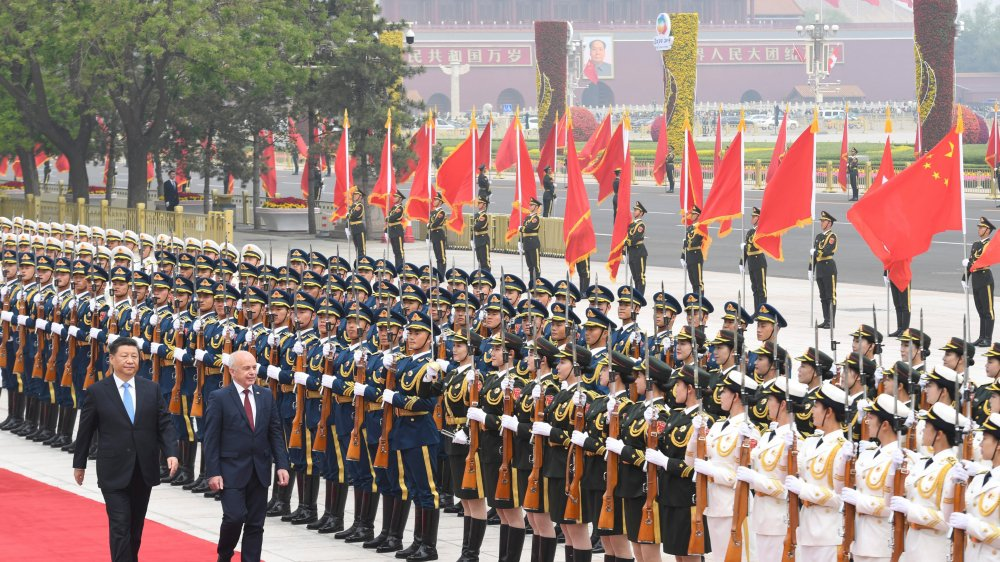 Le président suisse Ueli Maurer a été reçu en grande pompe par son homologue chinois, Xi Jinping. Il a eu droit au passage en revue des troupes devant le Grand Palais du peuple, proche de la place Tienanmen.