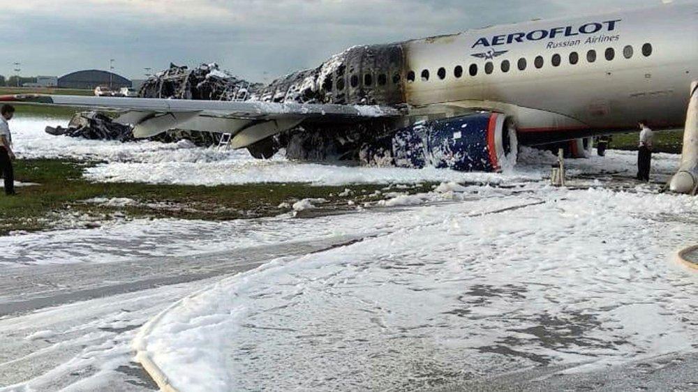 L'avion a pris feu sur le tarmac de l'aéroport.