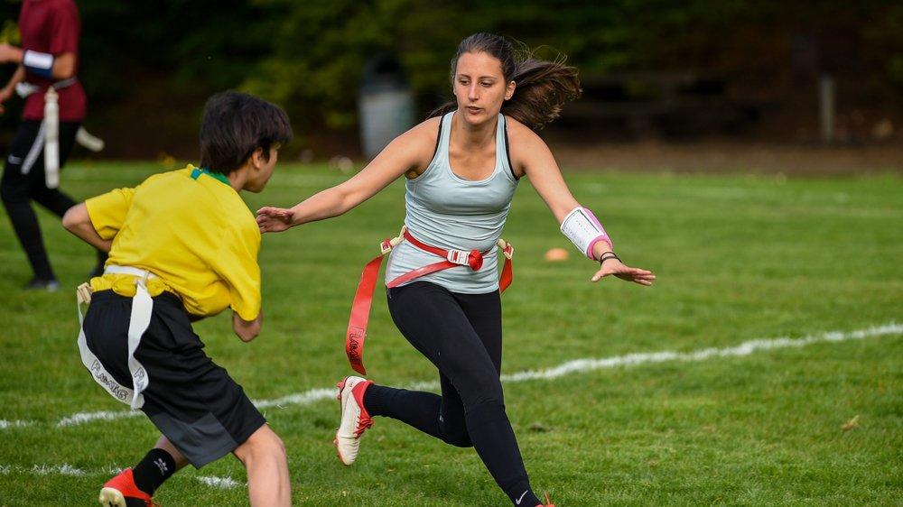 Linda est convaincue par le flag football, un sport où elle apprend beaucoup.