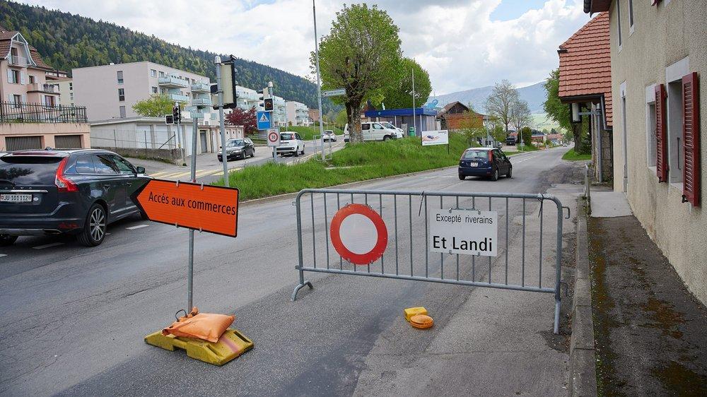 Certains automobilistes ne respectent pas les panneaux de déviations, mis en place en raison des travaux le long de la traversée de Chézard.