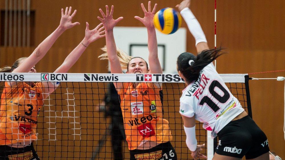 A l'image de Martina Halter (3) et Tia Scambray (16), les joueuses neuchâteloise ont annihilé presque toutes les attaques de leurs adversaires bâloises.