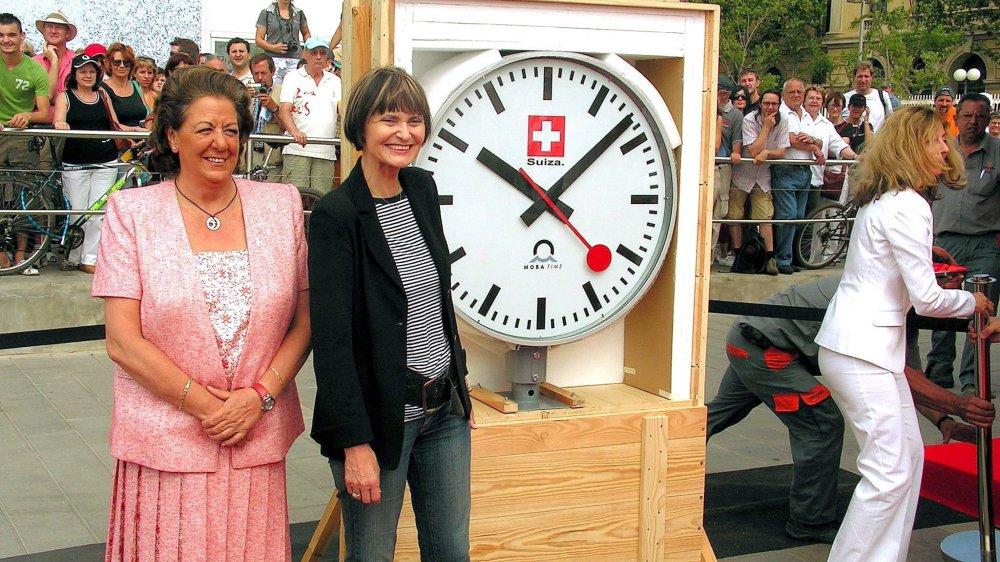 Le 22 juin 2007, la présidente de la Confédération Micheline Calmy-Rey offrait une horloge de gare à la mairesse de Valence Rita Barberá (à gauche).