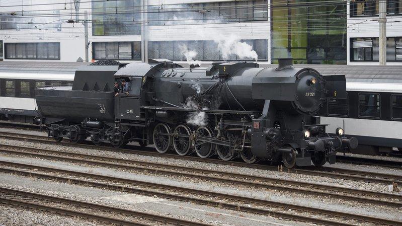"""La locomotive du Vapeur Val-de-Travers en gare de Neuchâtel. C'est de là que les voyageurs rallieront le port, où les attendra le bateau à vapeur """"Neuchâtel""""."""