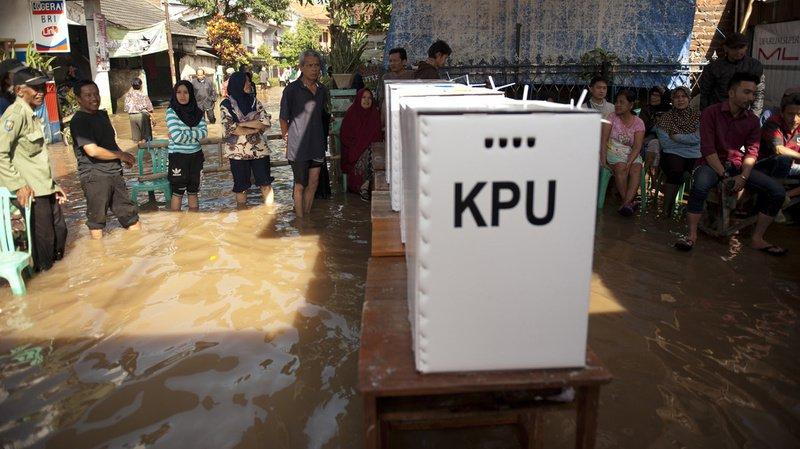 Au bureau de vote... les pieds dans l'eau.