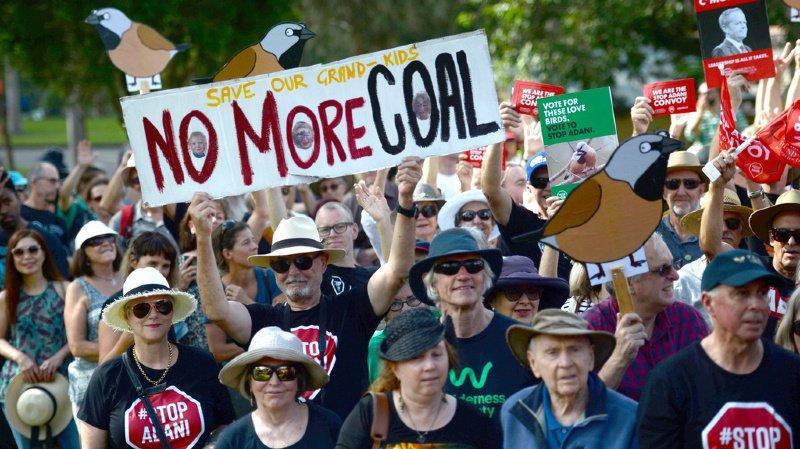 De nombreux Australiens s'opposent au projet: ils font valoir que le charbon produit contribuera au réchauffement climatique global.