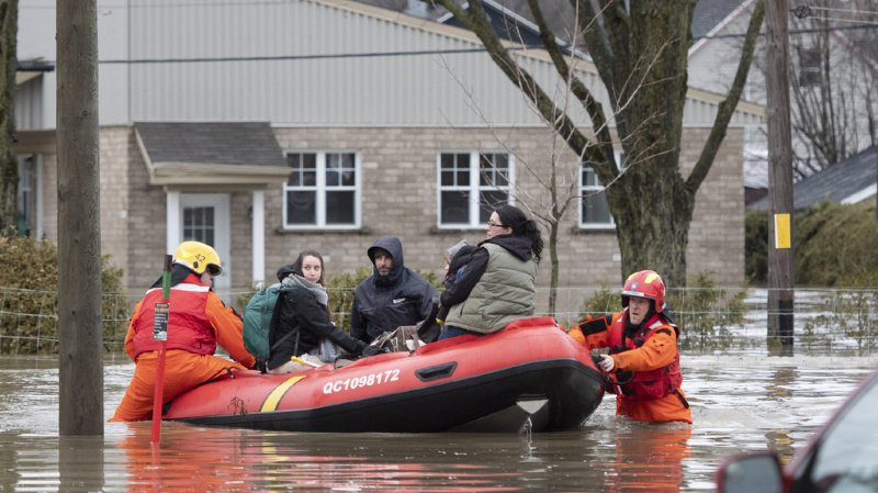 Des dizaines de maisons sont inondées en raison du débordement des rivières des Outaouais et Gatineau.