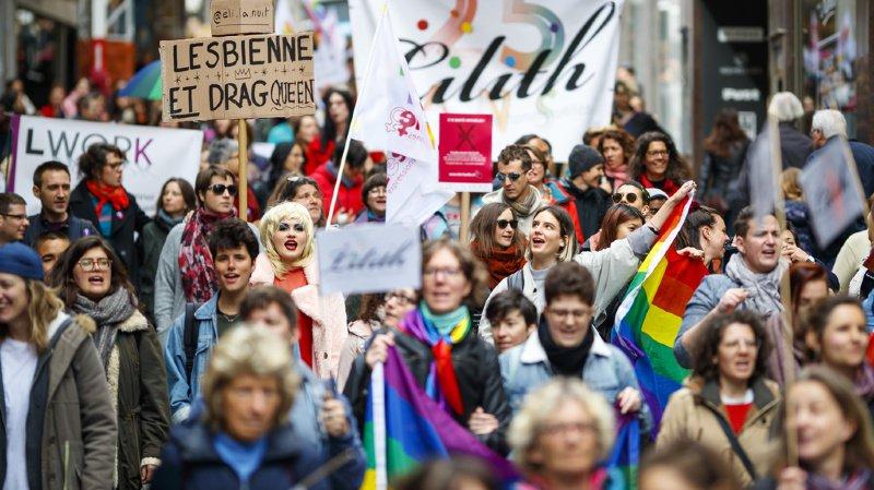 La Marche, ponctuée par un kiss-in à la Place de la Palud, a fédéré les participants autour de plusieurs problématiques, notamment celle de la santé sexuelle.