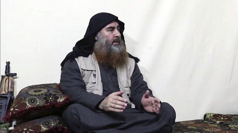 Le chef de l'Etat islamique apparaît avec une longue barbe grise qui semble être teinte au henné et parle doucement, s'arrêtant quelques secondes au milieu de ses phrases.