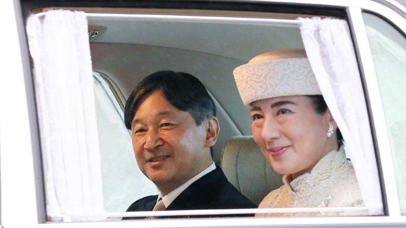 Naruhito, le fils aîné de l'empereur qui vient de renoncer à son siège, devient le nouveau souverain du Japon. Ici en compagnie de son épouse.