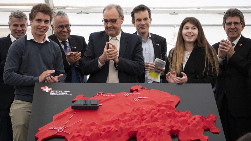 Le conseiller fédéral Guy Parmelin (4e depuis la gauche) a participé à la pose de la première pierre ce lundi à Bienne.
