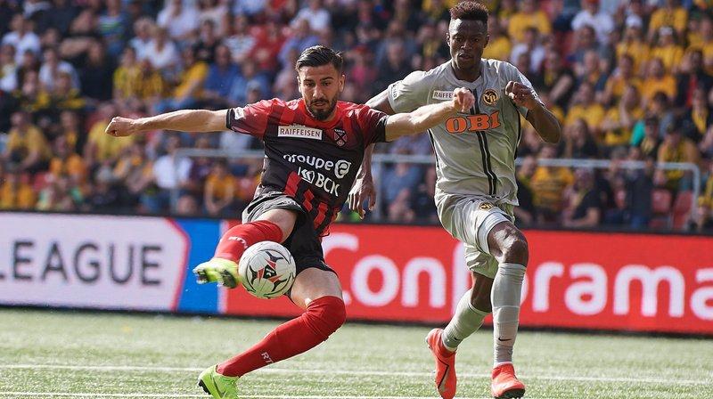 Kemal Ademi  (à gauche) inscrit un but pour Neuchâtel Xamax.