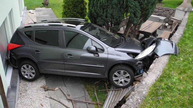 La voiture a terminé sa course contre le mur d'une maison.