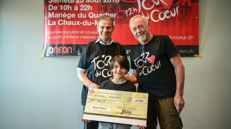 Accompagné de son petit-fils, Valentino, Jean-Philippe Patthey a remis un chèque de 10 000 francs à René Prêtre et sa Fondation Le Petit Coeur.