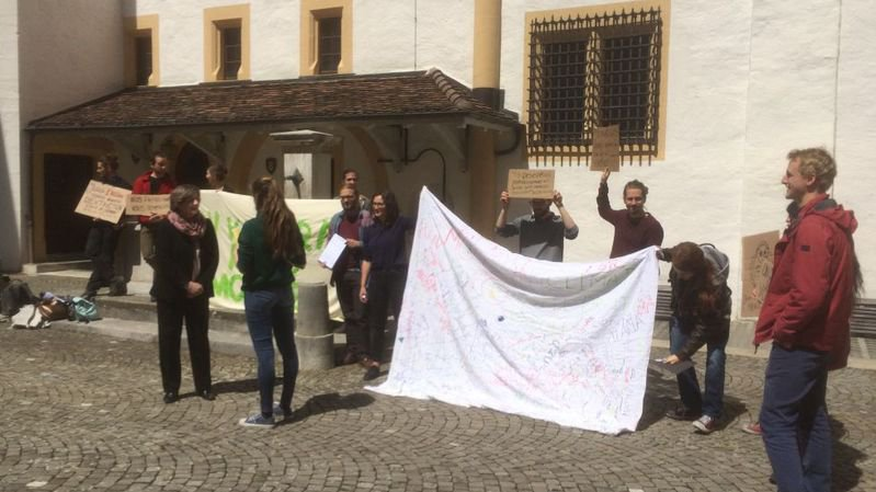 Des grévistes pour le climat ont déposé une nouvelle motion populaire au château de Neuchâtel.