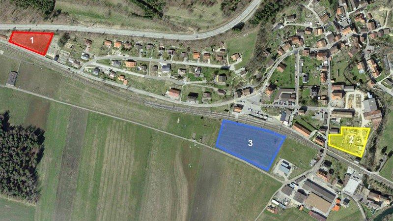 Les trois parcelles où était envisagé le futur parking de Noiraigue. En bleu, celle retenue, sur un terrain appartenant à l'Etat de Neuchâtel.