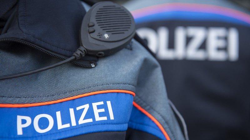 La fillette a succombé à ses graves blessures sur le lieu de l'accident, malgré les tentatives de réanimation des secours, indique mardi la police glaronnaise.