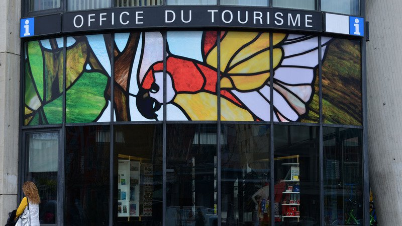 La parure la plus spectaculaire est apparue sur les baies vitrées de l'Office du tourisme.