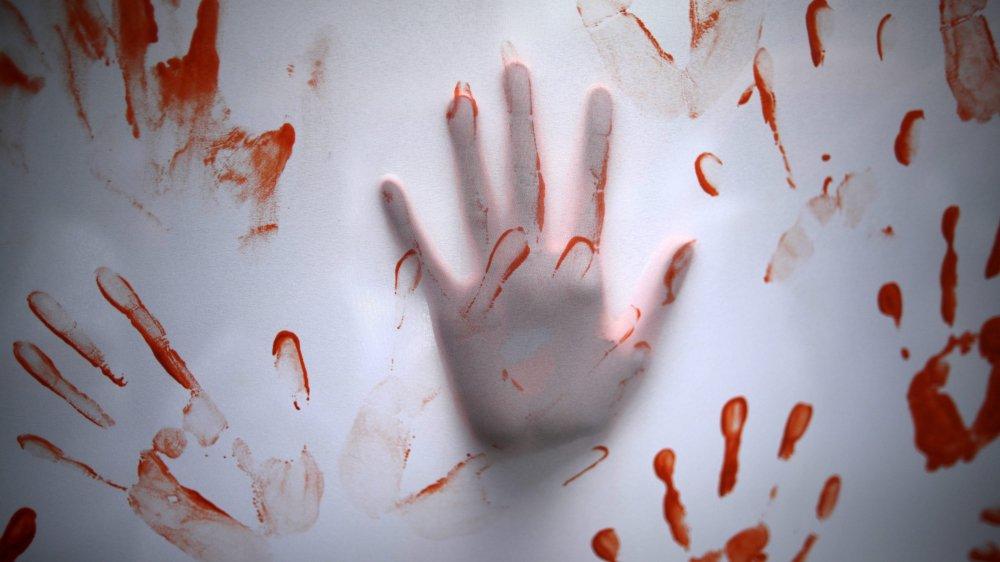 Après les avoir attaquées avec un couteau, le prévenu a abandonné les deux femmes ensanglantées dans la cage d'escalier d'un immeuble de Peseux.